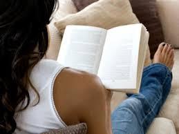 leyendo en el silón